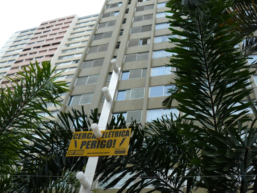 A residential block in São Paulo surrounded by electric fences. Source: Wikimedia Commons